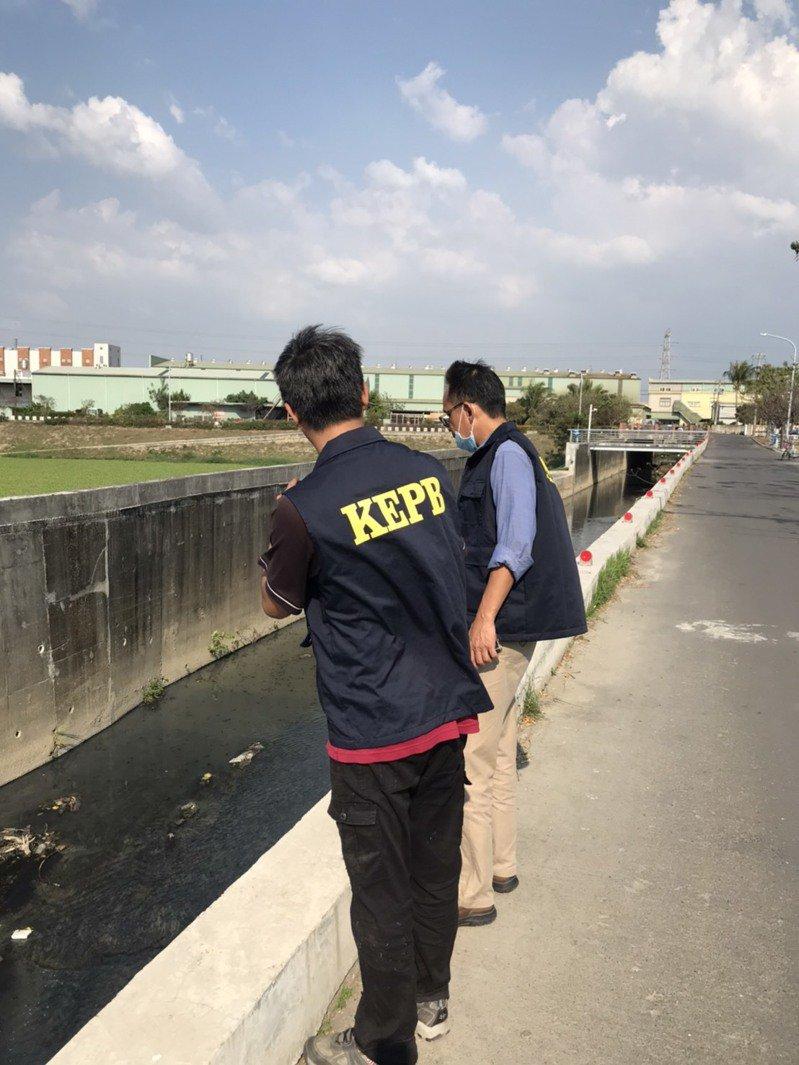 高雄市環保局稽查人員在鳳山圳河道巡查發現有異常排放。圖/高雄市環保局提供