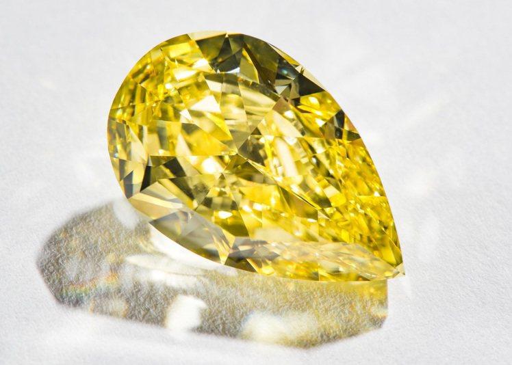 黃鑽飽滿溫暖的光芒,在彩鑽中特別受到藏家青睞。圖 / PIAGET提供。