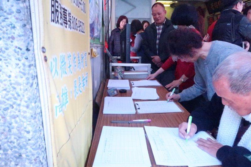 罷韓團體積爭取民眾參與連署衝高送件量,他們表示拉高送件量的原因是要防止遭惡意剔除。圖/聯合報系資料照片