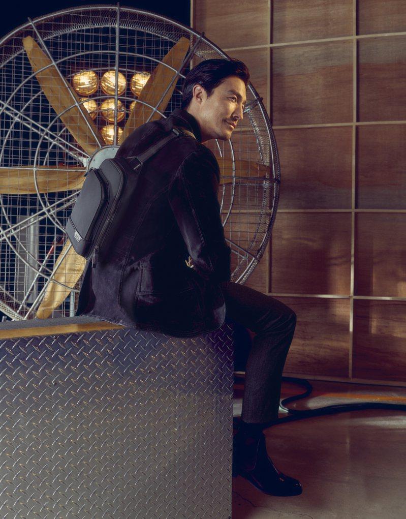 混血男神DANIEL HENNEY受邀拍攝TUMI形象廣告,並演繹春夏新款袋包。圖/TUMI提供
