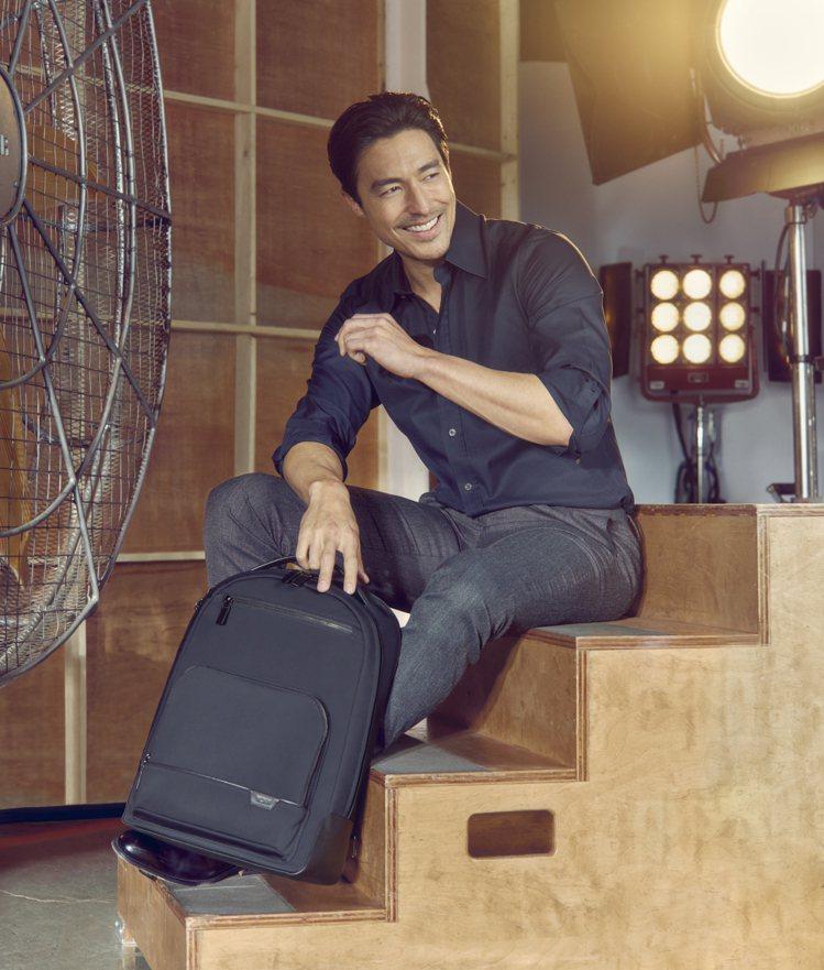 混血男神DANIEL HENNEY受邀拍攝TUMI形象廣告,並演繹春夏新款袋包。...