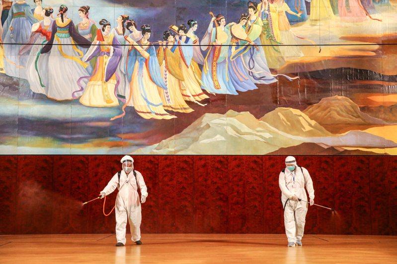 音樂廳閉館消毒 來台表演澳籍音樂家確診,兩廳院進行消毒作業,包含表演廳舞台、觀眾席等。記者葉信菉/攝影