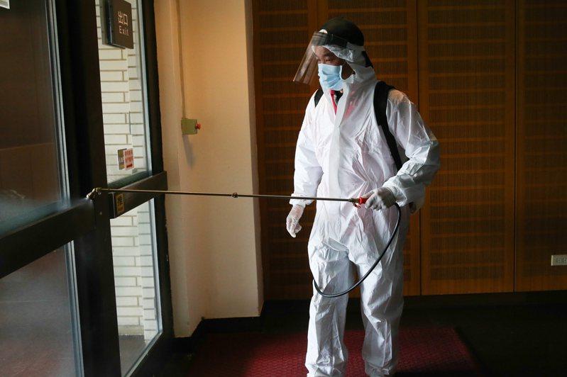 來台表演澳籍音樂家確診,兩廳院上午急忙進行消毒作業。記者葉信菉/攝影