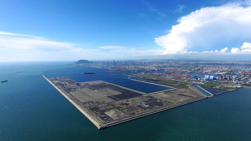 高雄港完成我國最大港灣建設填海造地工程-「高雄港洲際貨櫃中心第二期工程計畫」,所填築新生地面積高達422.5公頃。 圖/台灣港務公司提供