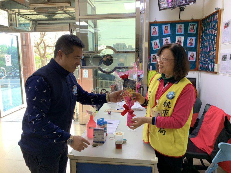 龍潭警分局長蕭欽杰日準備面膜及花束,獻給分局每一位女性同仁及平時協勤婦女志工們。圖/龍潭警分局提供