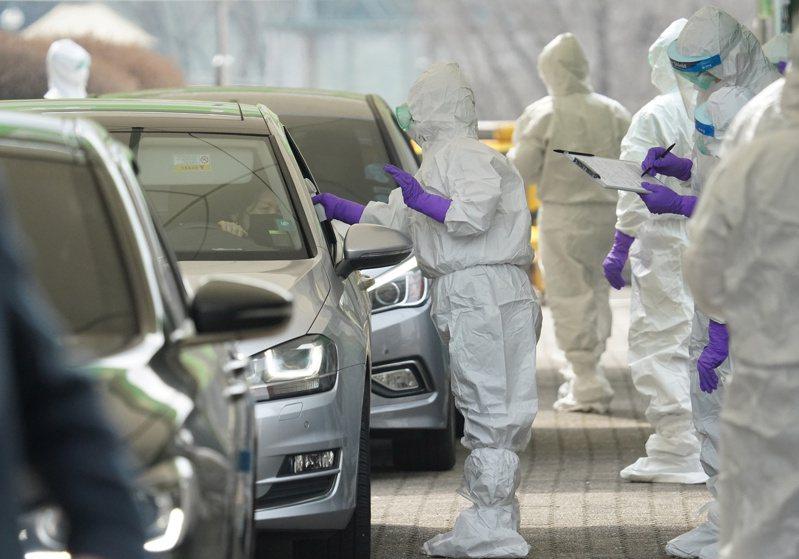 南韓在各醫療院所和許許多多免下車檢測站,對數十萬人進行新冠病毒測試。路透