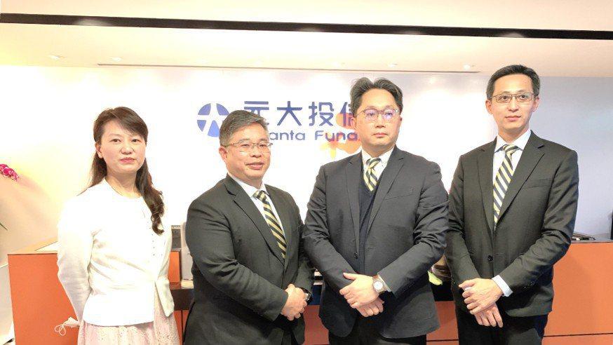 元大投信總經理黃昭棠(左二)請辭。 記者趙于萱/攝影