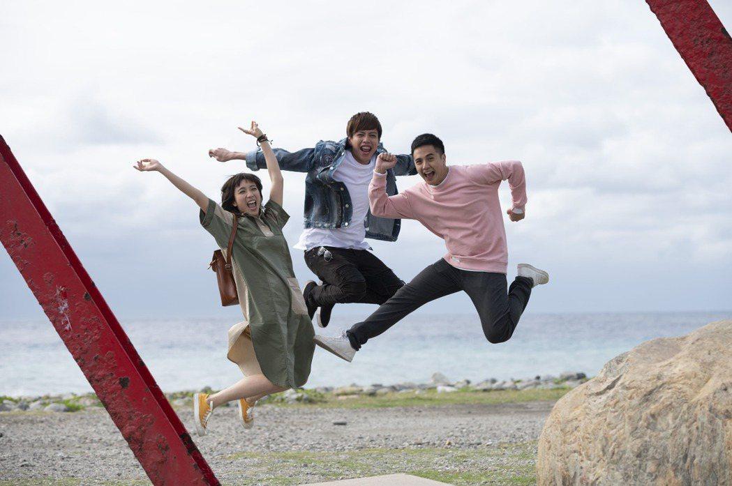 梁舒涵(左起)、鯰魚哥、曾子余拍「女力報到」全新一季「愛神出任務」到台東邊拍邊玩