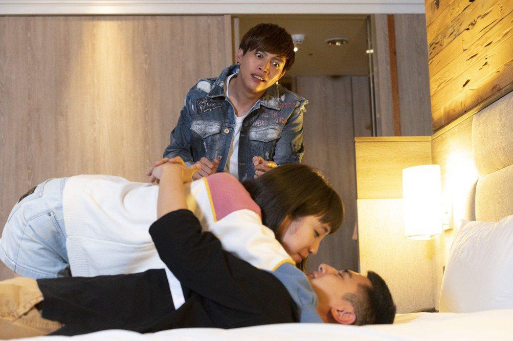 梁舒涵(左)、曾子余拍床戲,鯰魚哥自嘲是最亮的電燈泡。圖/TVBS提供