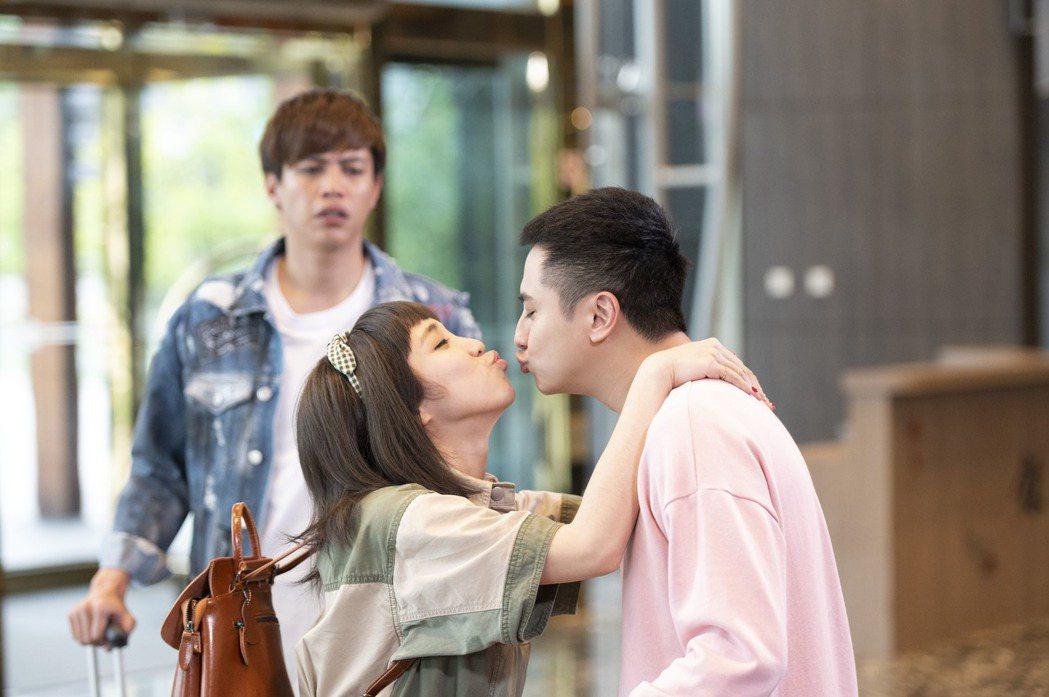 梁舒涵(左)、曾子余在戲中飾演夫妻檔,鯰魚哥自嘲是最亮的電燈泡。圖/TVBS提供