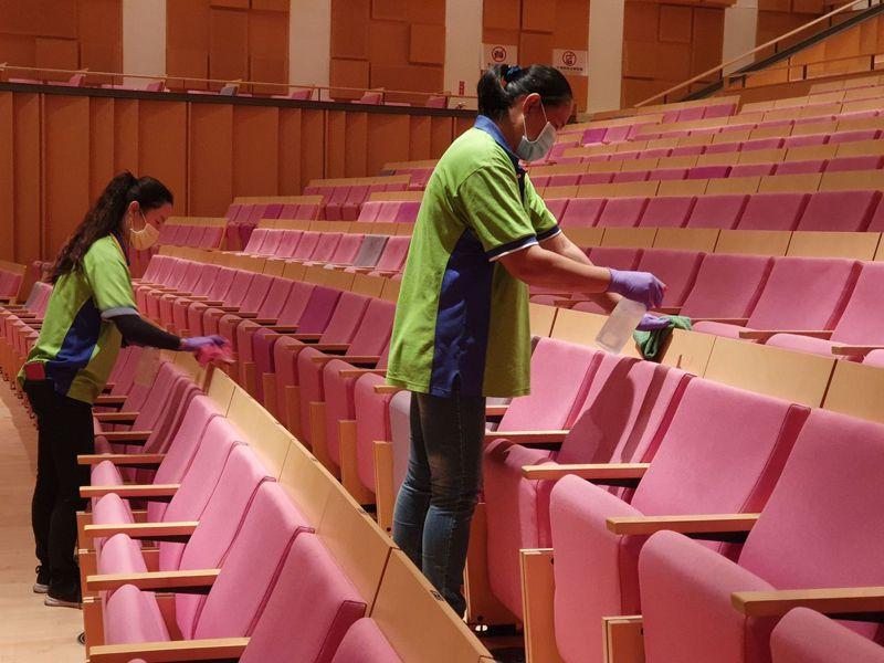 今天起屏東演藝廳將提高防疫措施,會因應活動期間,增加進場前與退場後的消毒頻率。圖/屏東縣政府提供