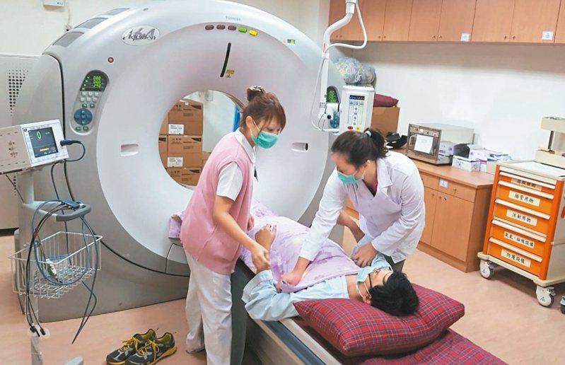為了減少不必要的高階影像檢驗支出,健保署擬採使用者付費原則,未來做電腦斷層掃瞄,患者恐須自費一千元。記者蔡容喬╱攝影