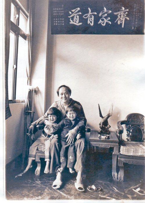 林枝漫和兩個兒子在老家合影。 圖╱洪美芳提供