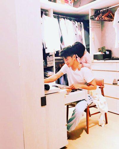 郭彥均最喜歡在家裡跟女兒享受親子時光。 圖/取自郭彥均臉書