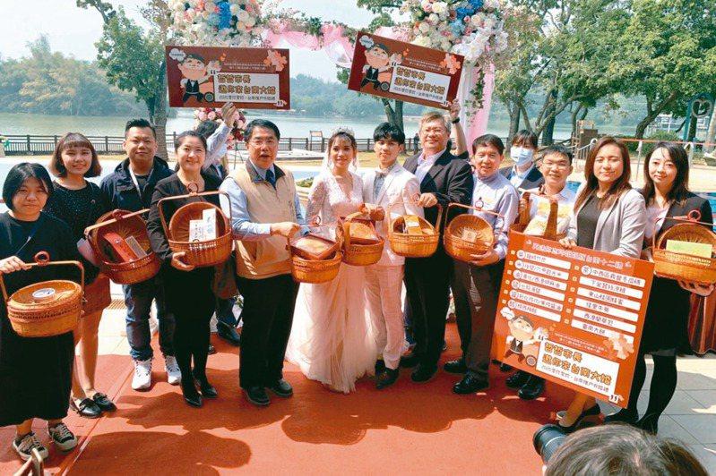 新冠肺炎疫情延燒,婚慶業大受影響,台南市推出「戶外婚禮」專案,加碼贈送林志玲婚禮12禮嫁妝,鼓勵新人參加。 記者吳淑玲/攝影