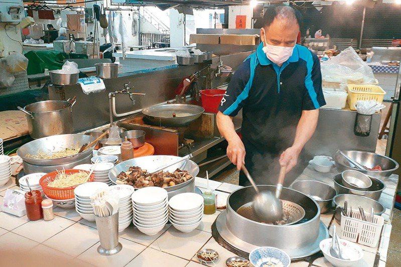 台南市歸仁公有市場施家羊肉,雖然位在市場角落,口碑卻是流傳逾半世紀。 記者周宗禎/攝影