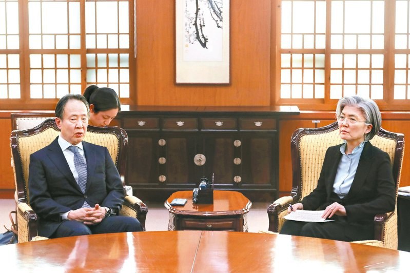 南韓外長康京和(右)六日召見日本大使富田浩司,對日方強制隔離韓國旅客表達抗議。 (美聯社)