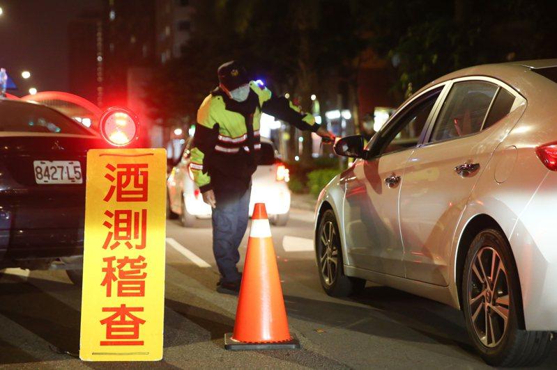 新北市開始擴大臨檢酒駕,永和區警方在重要道路上進行酒駕臨檢。 記者季相儒/攝影
