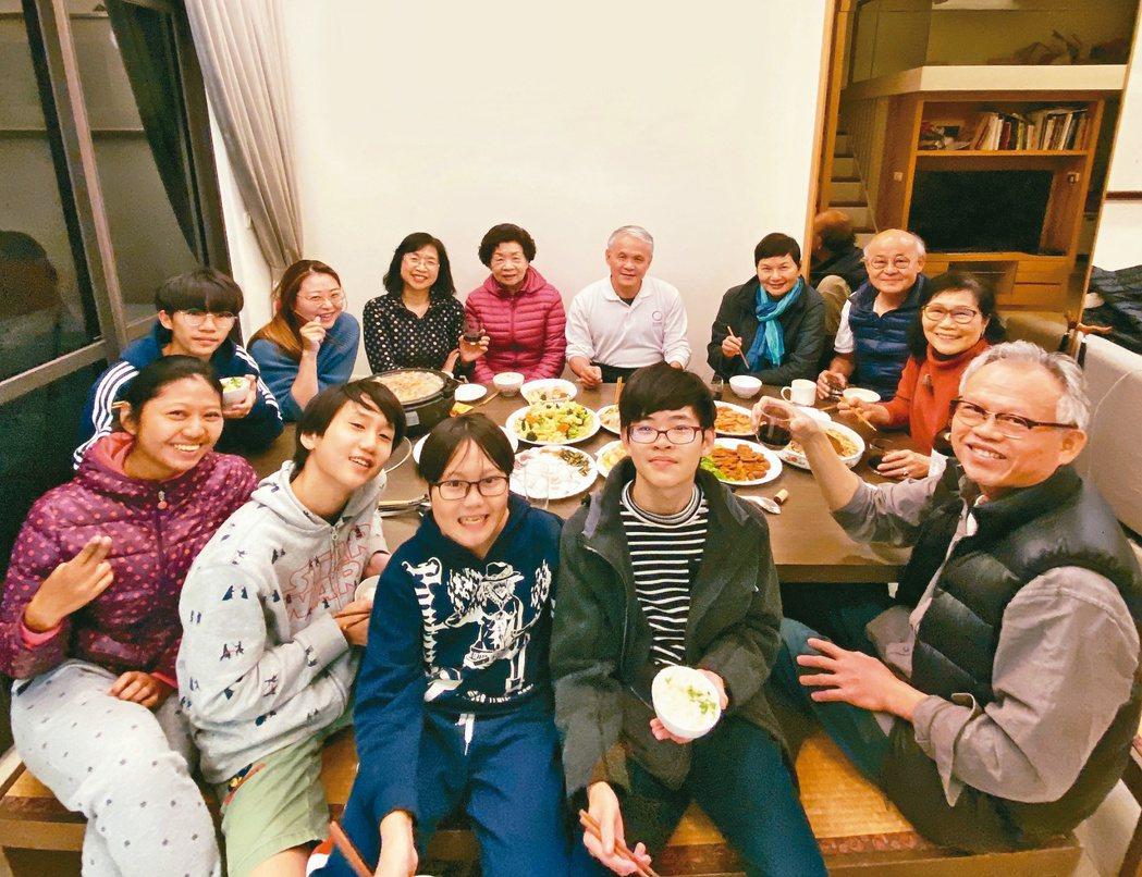 每天晚上,林家老小就會齊聚「公廳」一起吃晚餐。圖/洪美芳提供