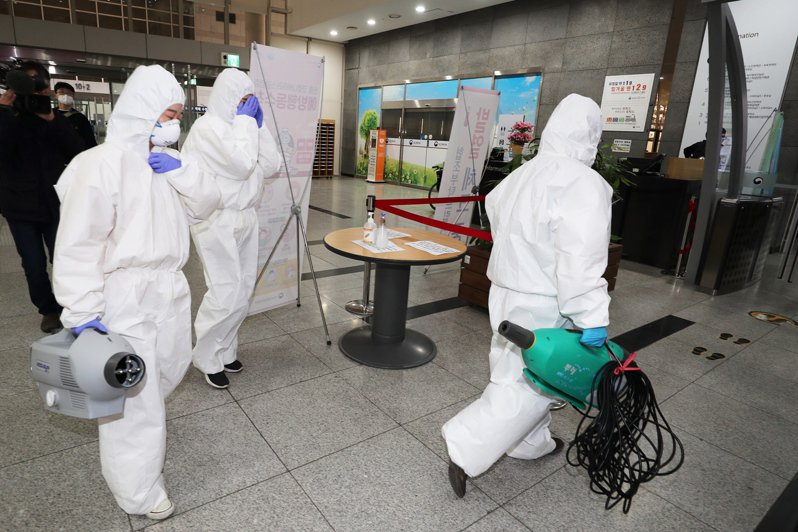 韓聯社報導,南韓7日新增新冠肺炎確診274例,累計7041例。 歐新社