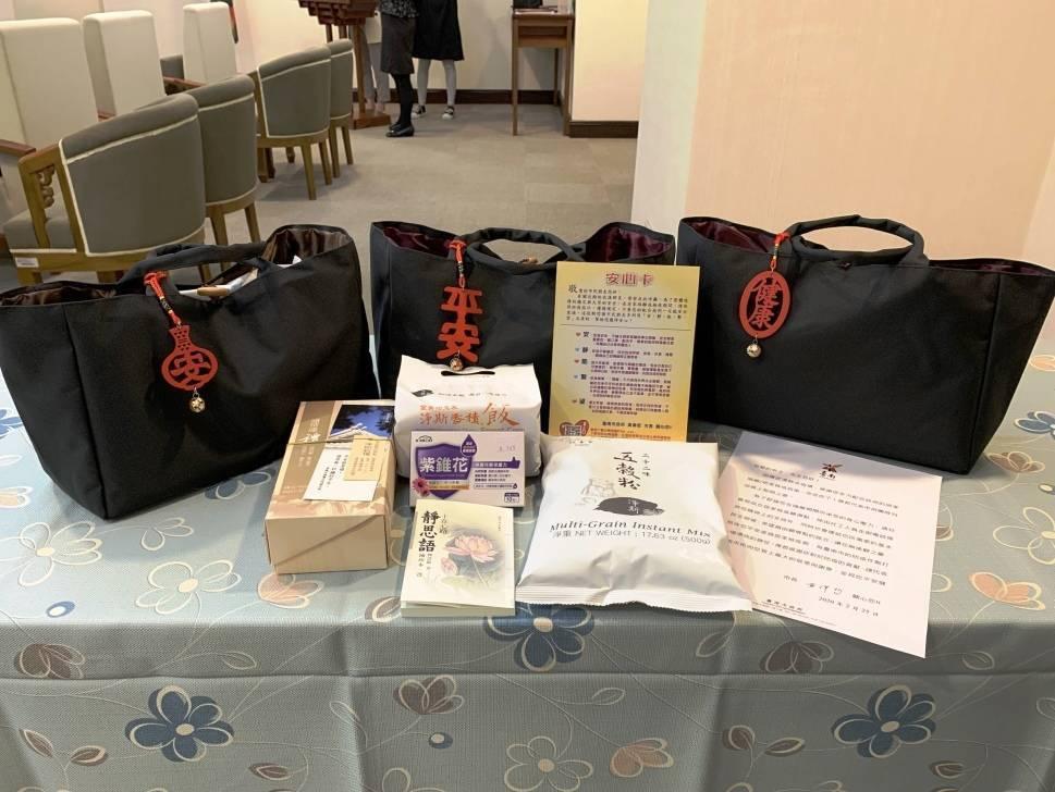 慈濟基金會捐贈1300個「安心祝福包」給台南市政府,包含五穀粉、靜思穀糧、靜思語...