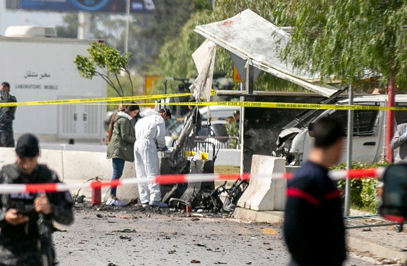 美國駐突尼西亞大使館外6日發生自殺炸彈客攻擊事件。 美聯社