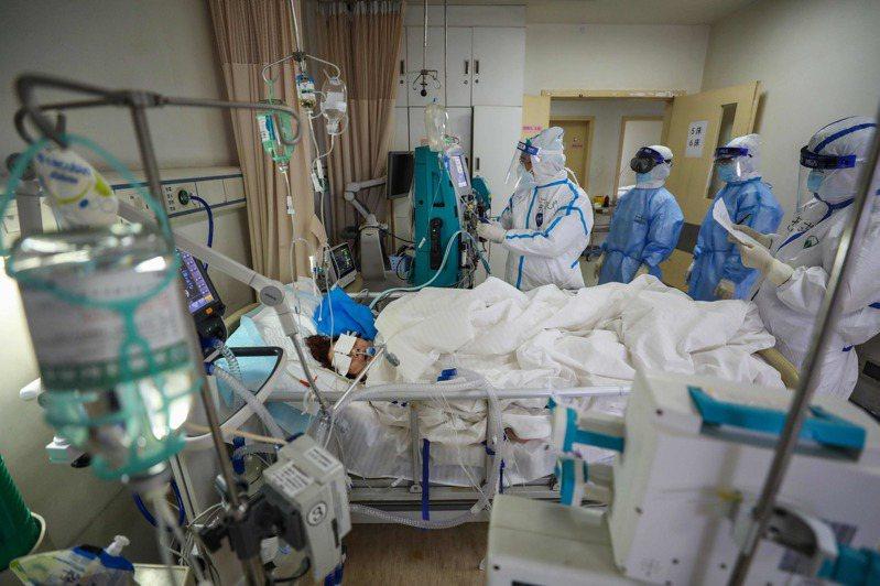 中國國家衛健委按日的通報顯示新冠肺炎疫情趨緩,但外媒指中國疫情趨緩是犧牲人命換來的,像是罹癌沒醫院收治而逝的患者。 法新社