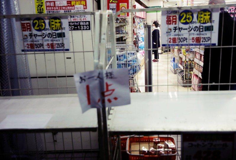 圖為東京商店裡已搶購一空的衛生紙貨架。 圖/路透社