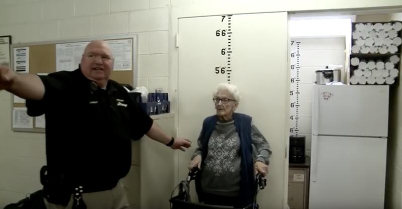 布萊恩在百歲生日的時候實現了自己想坐牢的願望。 圖/YouTube