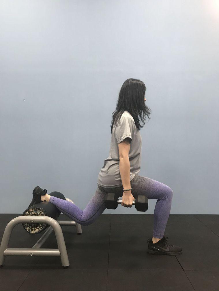 阻力訓練,例如分腿蹲等,也可以利用水罐增加強度與難度。圖/醫師陳彥志提供