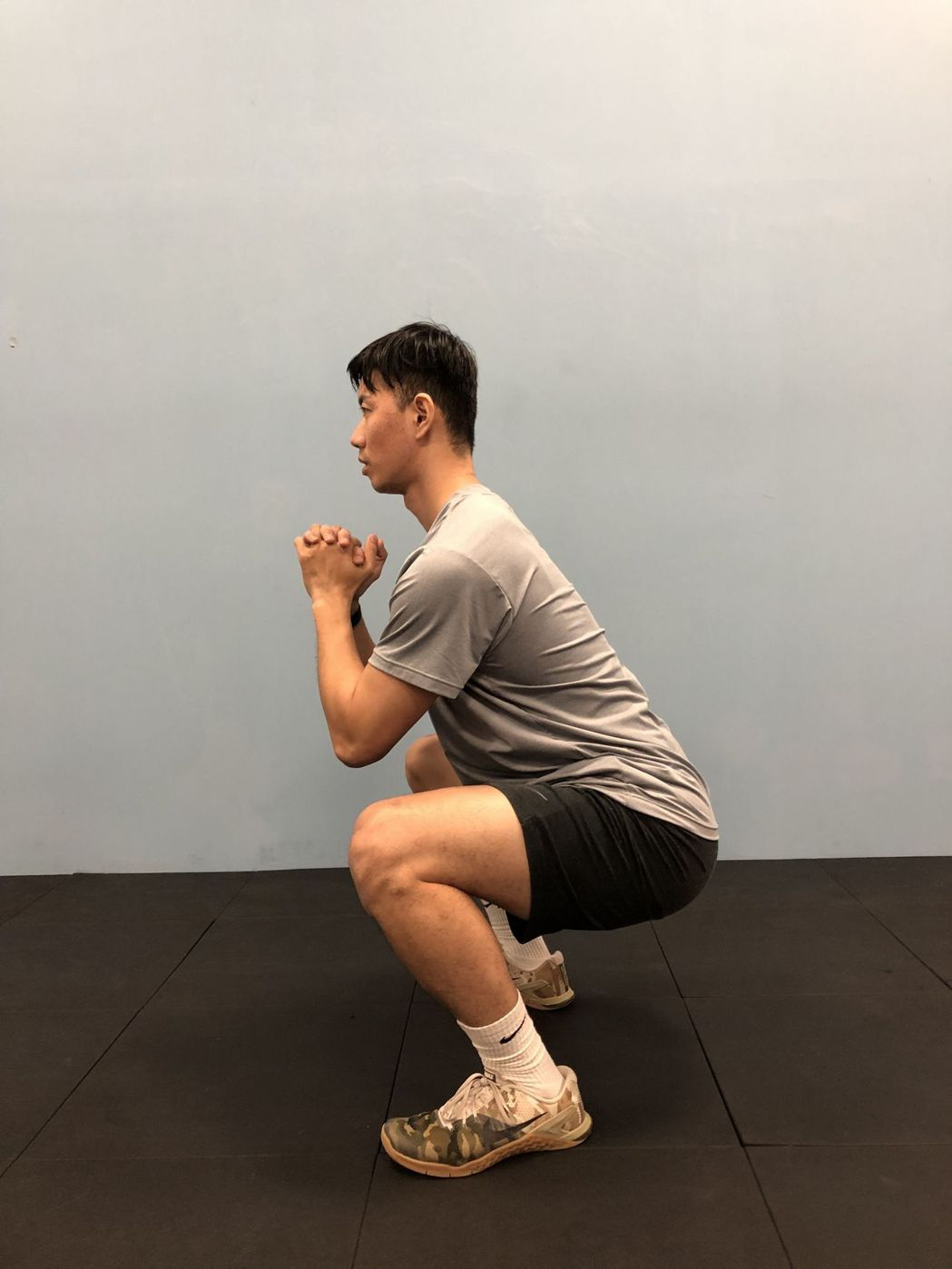 阻力訓練,例如徒手的深蹲 。圖/醫師陳彥志提供
