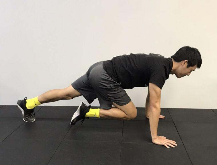 有氧運動可以做登山者徒手訓練,預備姿勢如標準伏地挺身,然後將膝蓋抬向胸口交替抬膝...