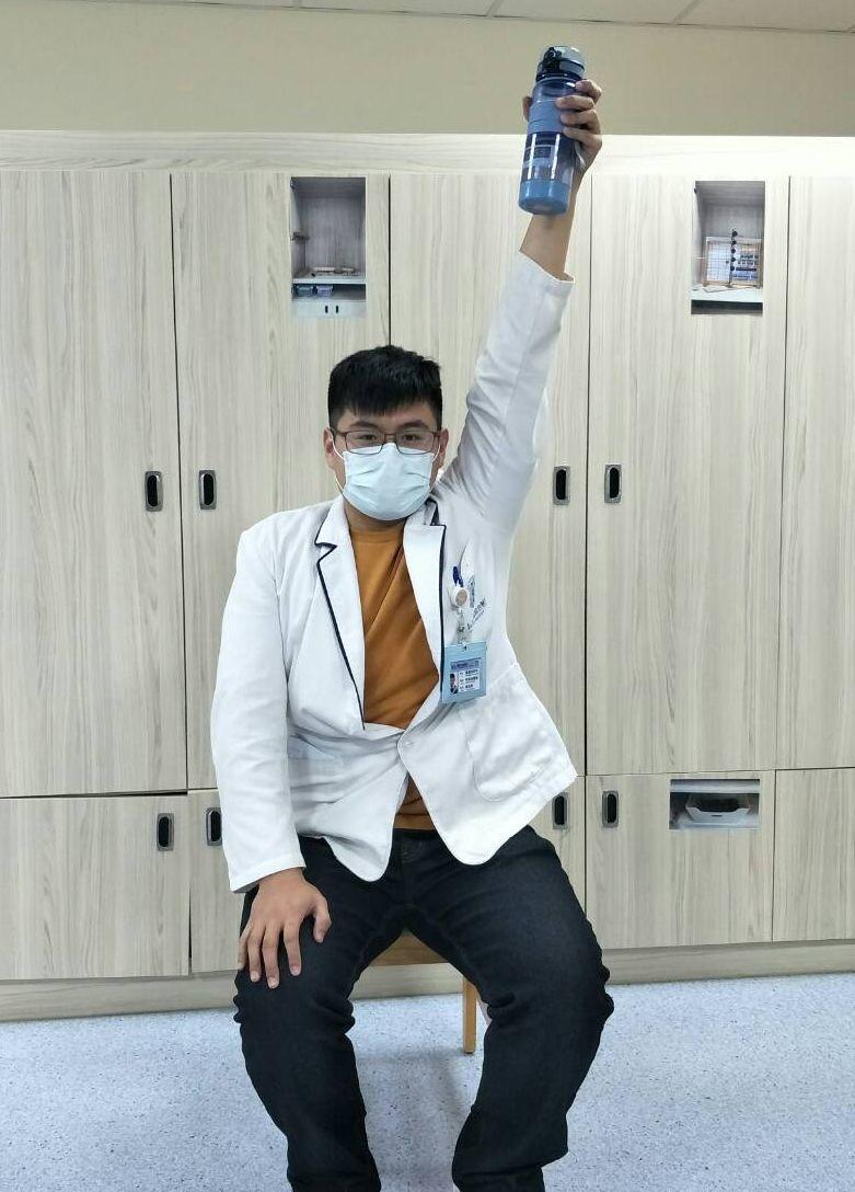 童綜合醫院物理治療師陳佑昇示範坐椅子舉水瓶,坐直坐挺,不要靠背,單手拿水瓶,吸氣...