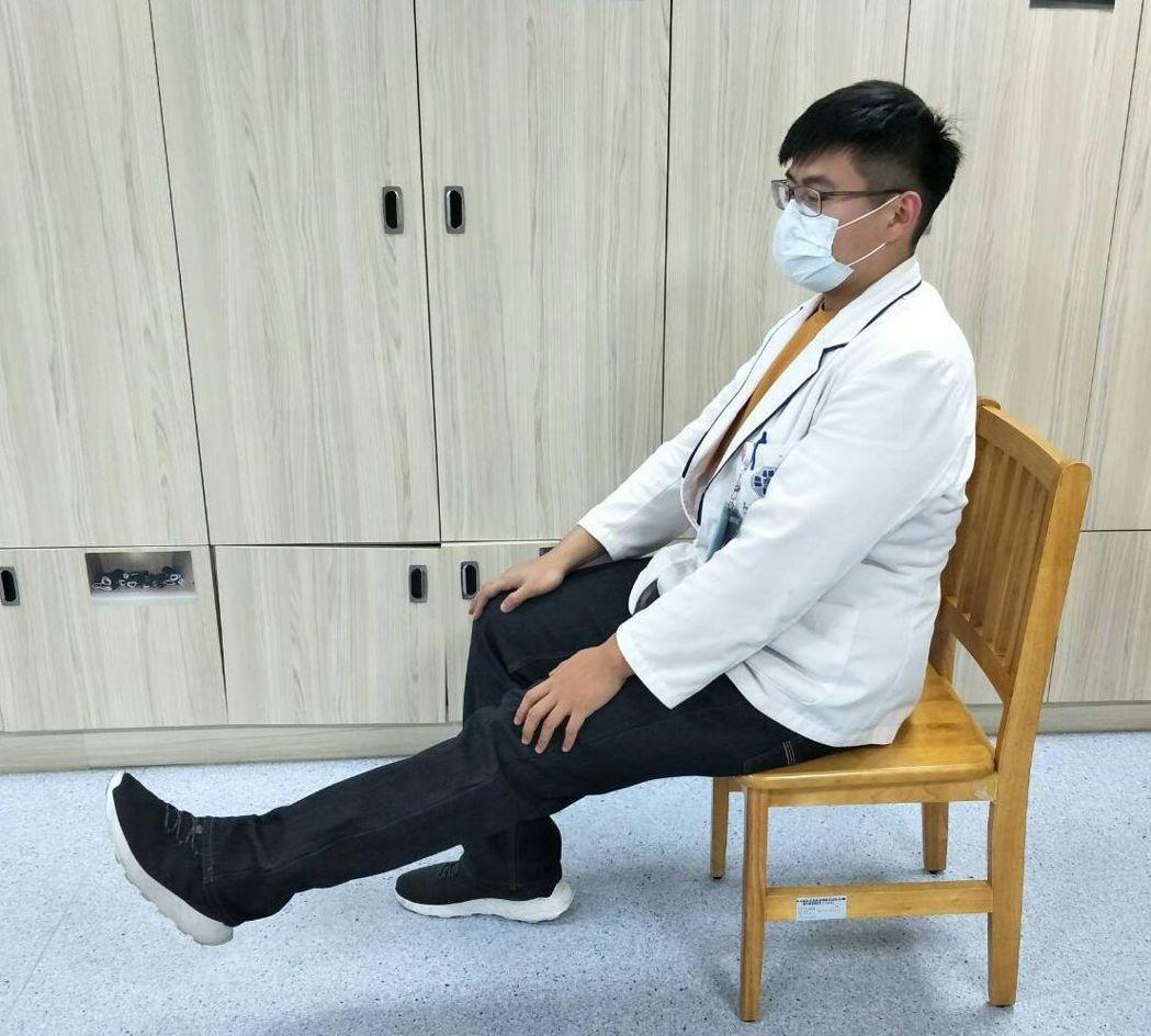 童綜合醫院物理治療師陳佑昇示範抬腿伸展,一腳踩地,膝蓋呈90度,然後膝蓋打直抬腿...