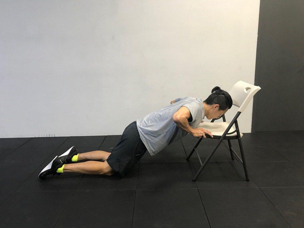 可以利用椅子做伏地挺身,臂力不夠者可採跪姿,即膝蓋著地來做。圖/醫師陳彥志提