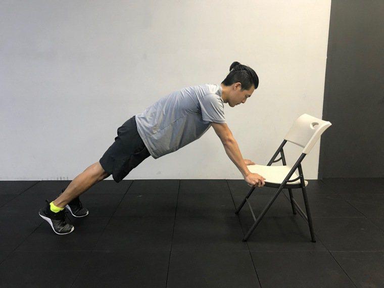 可以利用椅子做伏地挺身。圖/醫師陳彥志提供