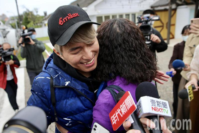 鑽石公主號郵輪19名台灣旅客今日凌晨解除隔離,被隔離的魔術師陳日昇(左)上午接受媒體訪問表示,感謝檢疫所醫生、護理師及相關單位人員的幫助,前來接送的陳媽媽(右)開心的給兒子大大的一個擁抱。記者林伯東/攝影