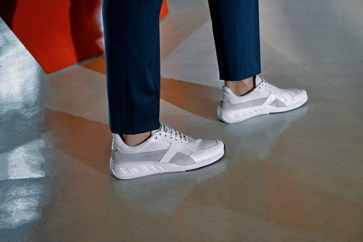 白色休閒鞋是近年男裝穿搭的不敗單品,也為深藍色與鵝黃的視覺、帶來色彩變化。圖 /...