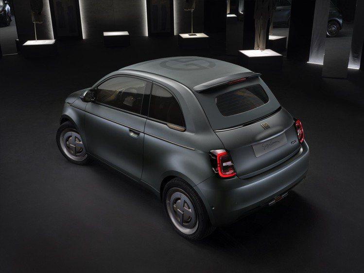 日前Giorgio Armani發表了與Fiat聯名的Fiat 500特殊塗裝小...