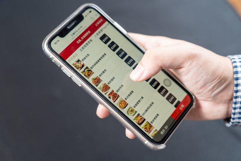 瓦城LINE官方帳號中預約點餐、付費,餐點直接送上車,全新的一站式外帶服務。圖/瓦城泰統集團提供