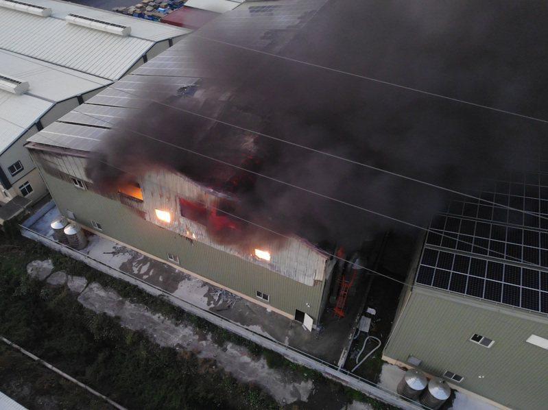 芳苑鄉一家塑膠工廠火警,火勢延燒不可收拾。圖/阿鋒Amos提供
