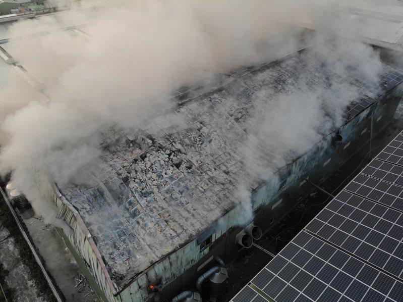 芳苑鄉一家塑膠工廠火警,屋頂太陽能板燃燒,怵目驚心。圖/阿鋒Amos提供