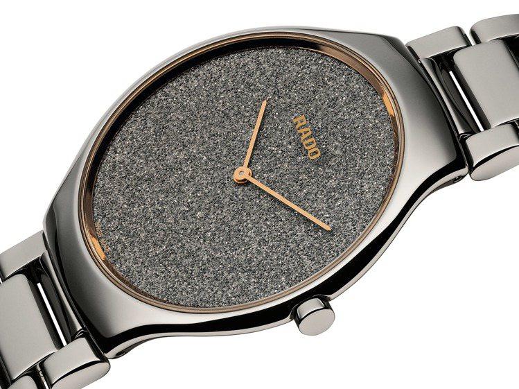 以鑽石粉塵結合電鍍的表面,呈現粉嫩輝映的閃耀視覺。圖 / RADO提供。