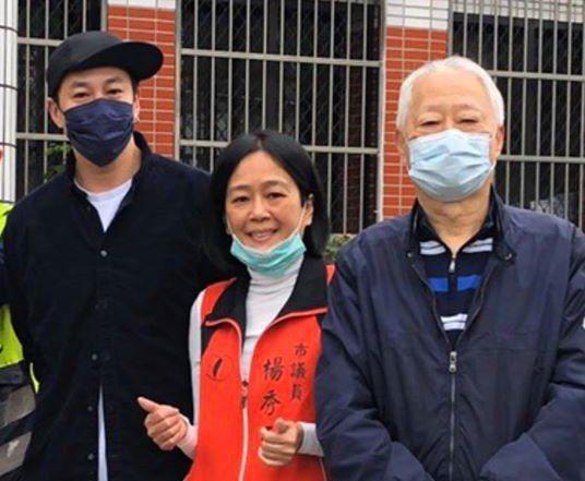 在議員楊秀玉協助下,何潤東(左)今天回基隆幫忙老爸送抗菌肥皂給里內鄉親。圖/議員