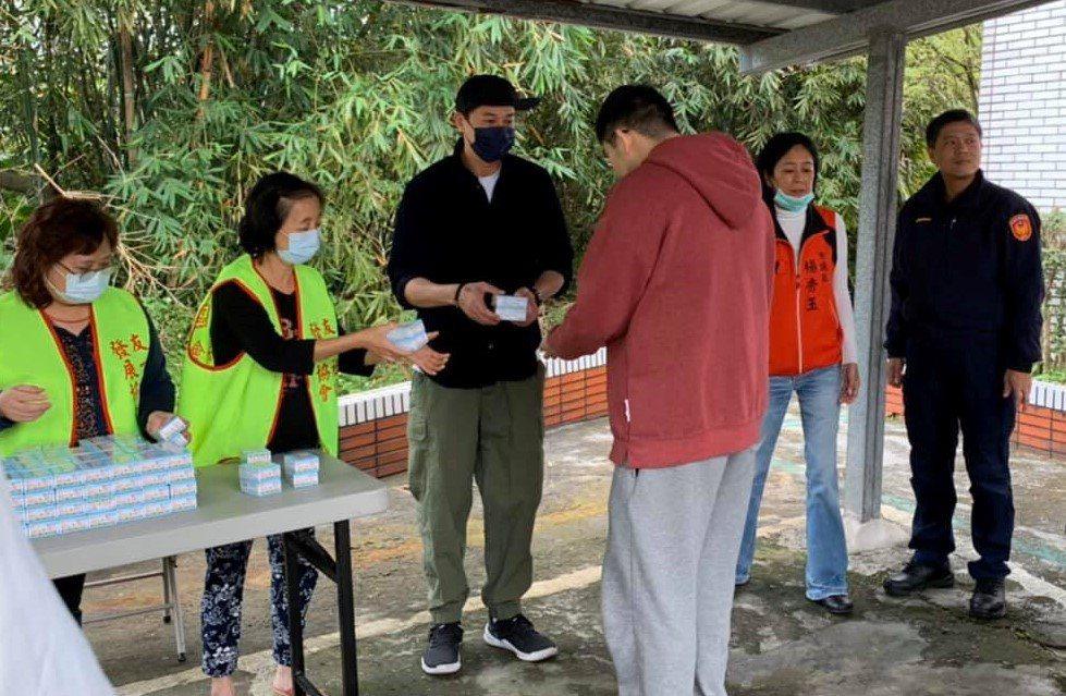在議員楊秀玉協助下,何潤東(左三)今天回基隆幫忙老爸送抗菌肥皂給里內鄉親。圖/議...