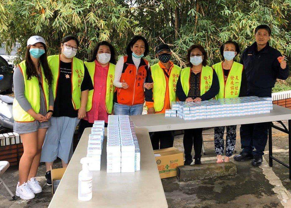 在議員楊秀玉(左四)協助下,何潤東今天回基隆幫忙老爸送抗菌肥皂給里內鄉親。圖/議...
