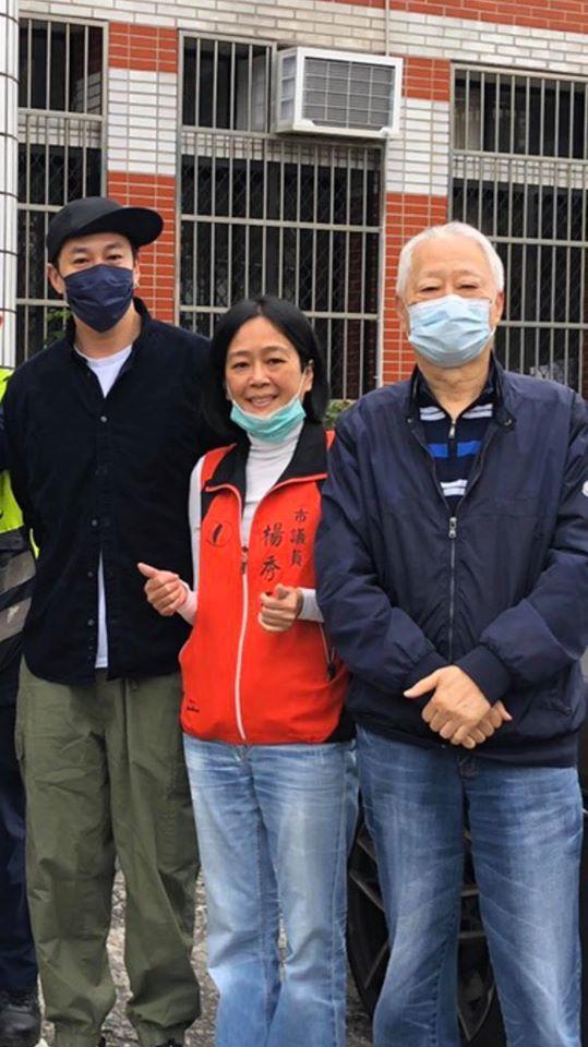 在議員楊秀玉(中)協助下,何潤東(左)今天回基隆幫忙老爸(右)送抗菌肥皂給里內鄉...