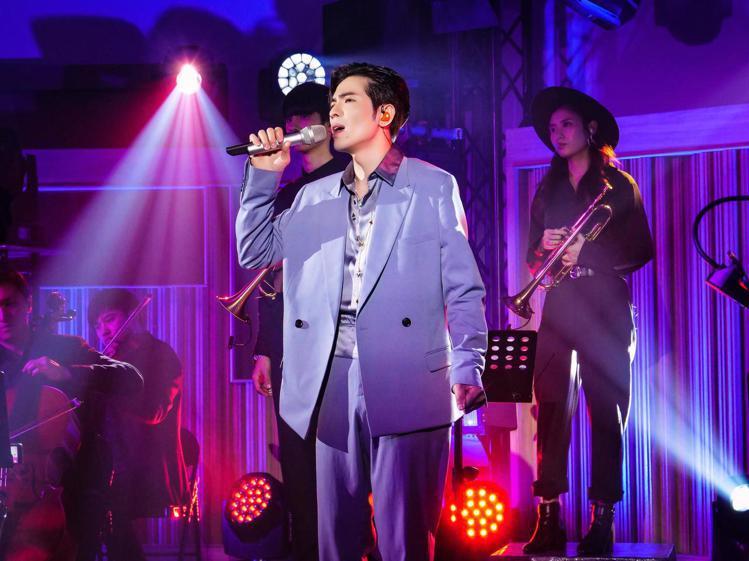 蕭敬騰詮釋DIOR MEN灰藍色羊毛斜紋劍領雙排釦夾克81,000元、灰藍色緞面...