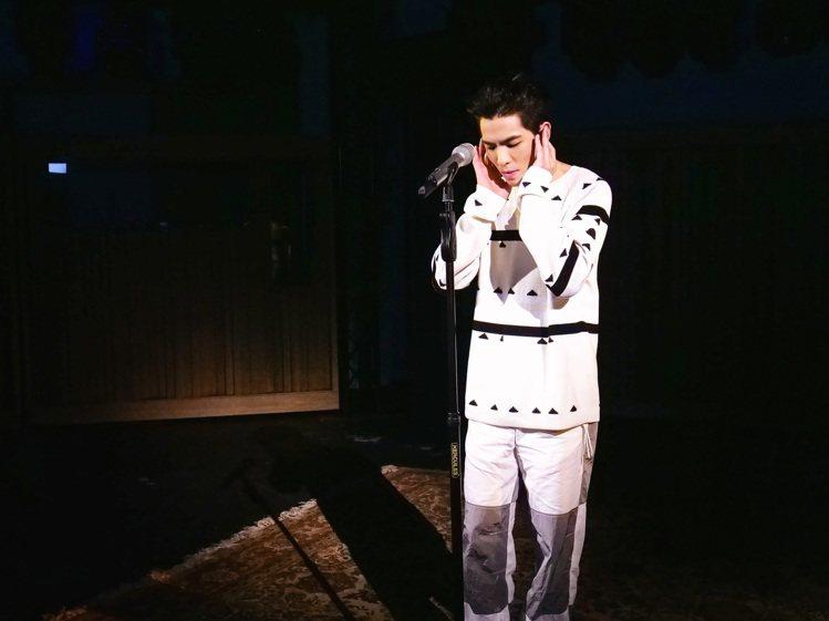 蕭敬騰穿MONCLER 1952系列白色針織上衣33,900元、白色銀色拼接休閒...