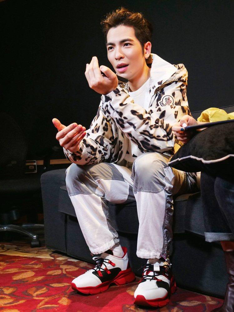 蕭敬騰穿MONCLER 1952系列豹紋印花運動外套46,300元、白色針織上衣...